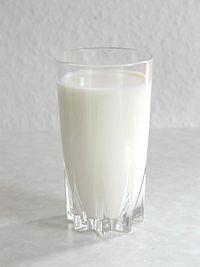 Segelas susu sapi. Susu sapi merupakan salah satu sumber protein.