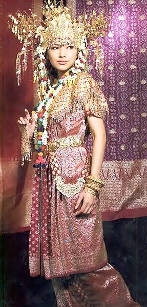 Seorang gadis Palembang tengah mengenakan Songket, salah satu busana tradisional Indonesia.
