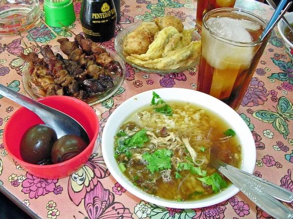 Beberapa makanan Indonesia: soto ayam, sate kerang, telor pindang, perkedel dan es teh manis