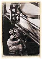 Edwin Hubble dengan teleskop besarnya.