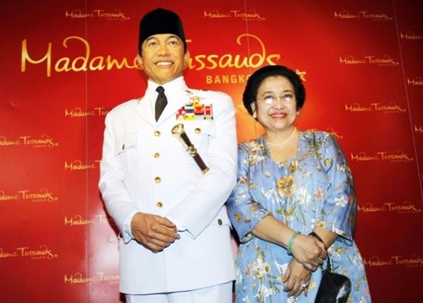 Megawati saat Melihat Patung Lilin Bung Karno di Madame Tussauds Bangkok
