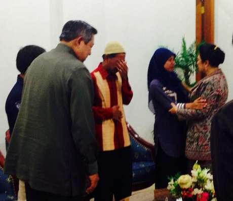 Raeni dan Ayah nya saat bertemu pak SBY dan Istri
