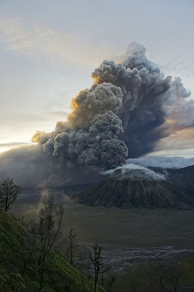 399px-Mount_Bromo_eruption_2011_01_22_5-30AM