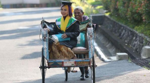 Raeni menaiki Becak ayah nya Mugiyono, diantar sang Ayah untuk mengikuti Wisuda. Selasa (10/6/2014).