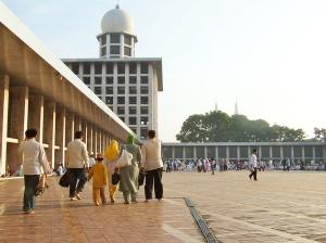 1024px-Eid_ul-Fitr_Family_Istiqlal_Mosque_Jakarta