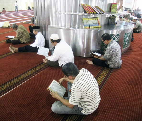 1203px-Istiqlal_Mosque_Reciting_Al_Quran