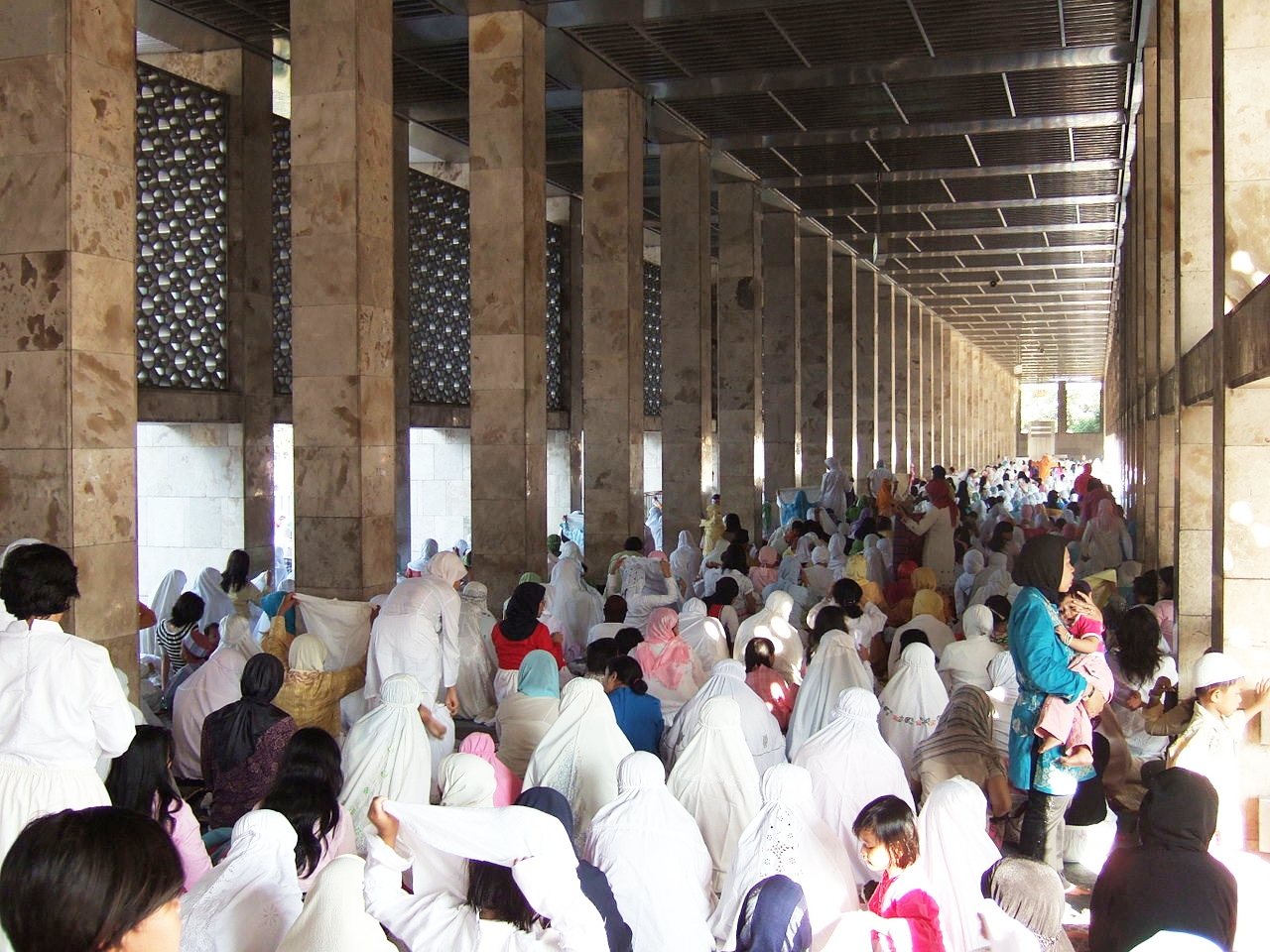 1280px-Eid_ul-Fitr_prayer_Istiqlal_Mosque_women_section