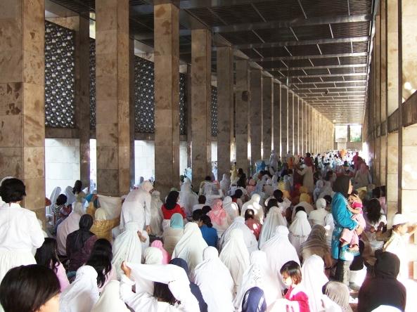 1280px-Eid_ul-Fitr_prayer_Istiqlal_Mosque_women_section