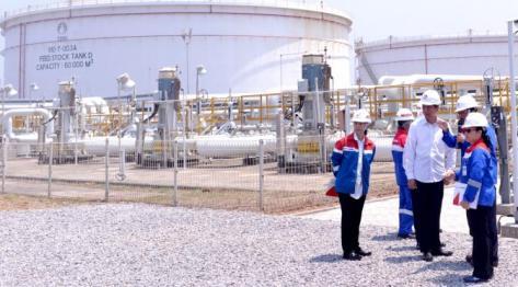 Presiden Joko Widodo melakukan kunjungan kerja ke PT Trans Pacific Petrochemical Indotama (TPPI) di Tuban, Jawa Timur, Rabu (11/11/2015). Di PT TPPI ini Jokowi melihat proses pembuatan bahan bakar jenis premium dalam negeri. (Foto : Cahyo_Setpres)