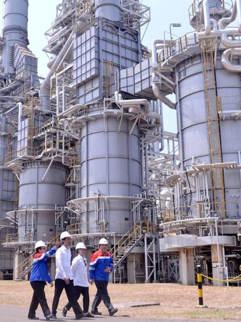 010424500_1447230970-20151111--Jokowi-Tinjau-PT-Trans-Pacific-Petrochemical-Indotama-_TPPI_-Jatim--Cahyo-Setpres-05