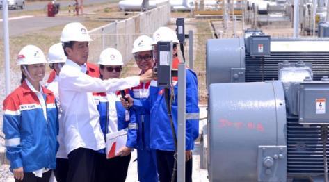 Presiden Jokowi mengecek alat saat meninjau PT.Trans Pacific Petrochemical Indotama (TPPI) di Tuban, Jatim, Rabu (11/11/2015). Proses pembuatan premium di PT TPPI ini akan mengurangi impor premium sampai 20 persen. (Foto : Cahyo_Setpres)