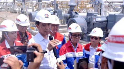 Presiden Jokowi memberikan keterangan pers saat meninjau PT.Trans Pacific Petrochemical Indotama (TPPI) di Tuban, Jatim, Rabu (11/11/2015). Proses pembuatan premium di PT TPPI ini akan mengurangi impor premium sampai 20 persen. (Foto : Cahyo_Setpres)