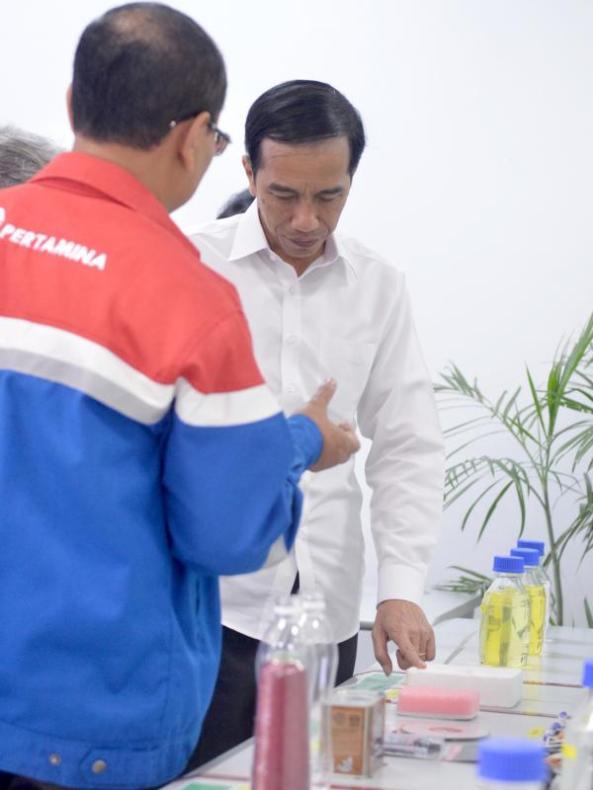 Presiden Jokowi melihat aneka produk saat meninjau PT.Trans Pacific Petrochemical Indotama (TPPI) di Tuban, Jatim, Rabu (11/11/2015). Proses pembuatan premium di PT TPPI ini akan mengurangi impor premium sampai 20 persen. (Foto : Cahyo_Setpres)