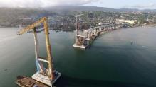 Pengerjaan Jembatan Merah Putih di Kota Ambon, Maluku, Jumat (25/6) masih terus berlanjut menunggu proses penyambungan bagian jembatan. Jembatan tersebut menghubungkan Kecamatan Seremau dan Kecamatan Poka, Ambon. Kehadiran jembatan yang melintasi Teluk Ambon akan memperpendek Jarak tempuh menuju Kota. Kompas/Lucky Pransiska (UKI) 25-06-2015