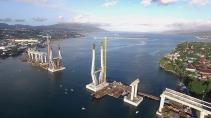 Pengerjaan Jembatan Merah Putih di Kota Ambon, Maluku, Jumat (25/6) masih terus berlanjut menunggu proses penyambungan bagian jembatan. Jembatan tersebut menghubungkan Kecamatan Seremau dan Kecamatan Poka, Ambon. Kehadiran jembatan yang melintasi Teluk Ambon akan memperpendek Jarak tempuh menuju Kota.Kompas/Lucky Pransiska (UKI)25-06-2015