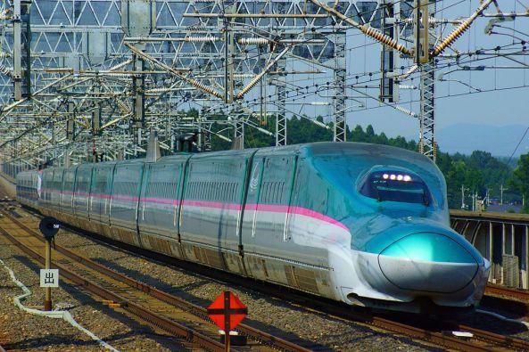 Shinkansen,_the_Hayabusa_and_the_Super-Komachi_super_express (1)