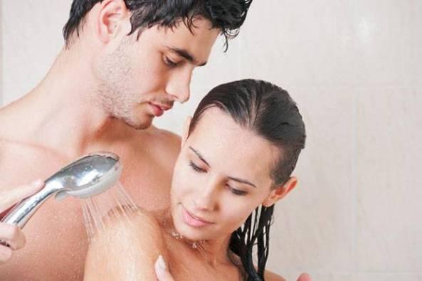 5-manfaat-kesehatan-mandi-bersama-pasangan-t64 (1)