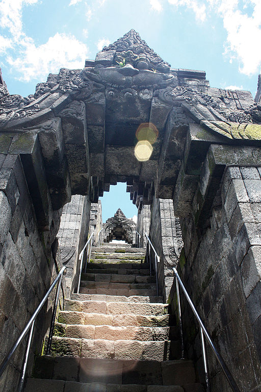 512px-lens_flare_at_borobudur_stairs_kala_arches
