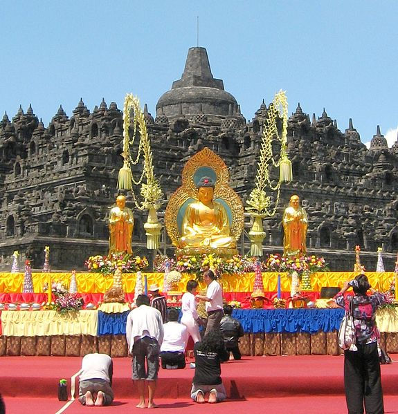 575px-borobudur_on_vesak_day_2011
