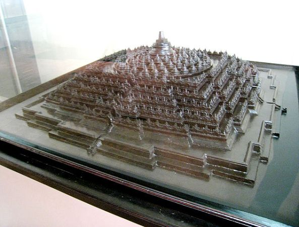 631px-borobudur_architectural_model