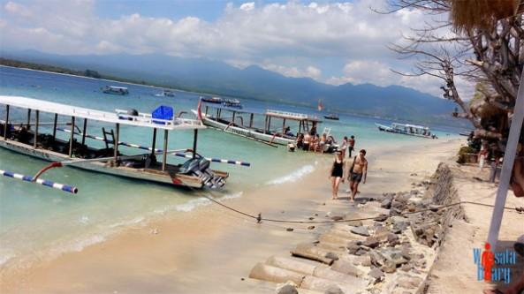 aktivitas-wisatawan-di-pantai-selong-belanak-600x337