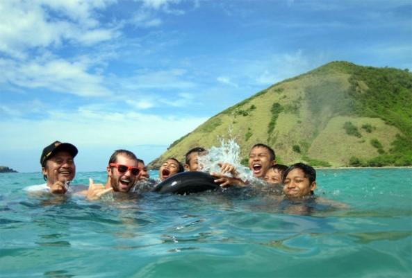 berenang-dan-surfing-di-pantai-selong-belanak-600x406