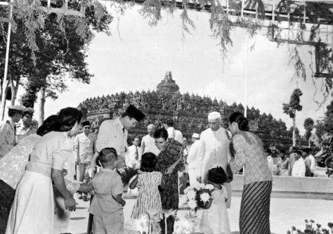 collectie_tropenmuseum_president_soekarno_en_de_indiase_premier_nehru_kijken_toe_hoe_indira_gandhi_bloemen_in_ontvangst_neemt_tijdens_een_bezoek_aan_de_borobudur_tmnr_10015646