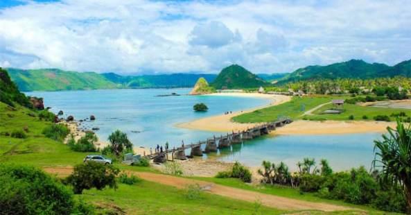 initempatwisata-pemandangan-pantai-kuta-lombok-dari-bukit-1-1