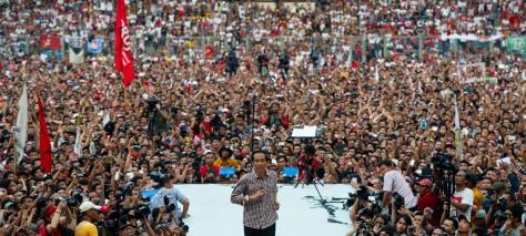 Capres nomor urut dua Joko Widodo berkampanye di depan massa pendukung, simpatisan dan relawan capres - cawapres Joko Widodo - Jusuf Kalla saat Konser Revolusi Harmoni untuk Revolusi Mental di Stadion Utama Gelora Bung Karno, Senayan, Jakarta, Sabtu (5/7)