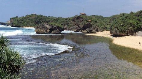 lanskap-pantai-krakal-yang-dikeliling-bebatuan-karang
