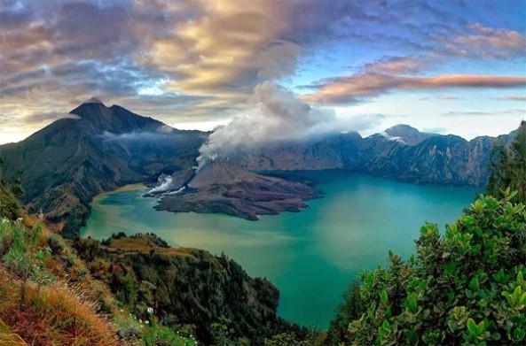Panorama-indah-Danau-Segara-Anakan-di-Gunung-Rinjani-600x396