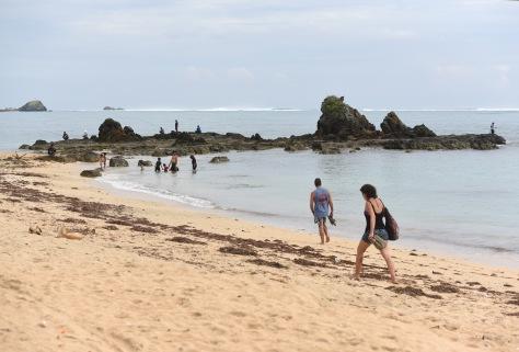 Wisatawan mengunjungi pantai Kuta di Pulau Lombok, Nusa Tenggara Barat, Jumat (13/2).