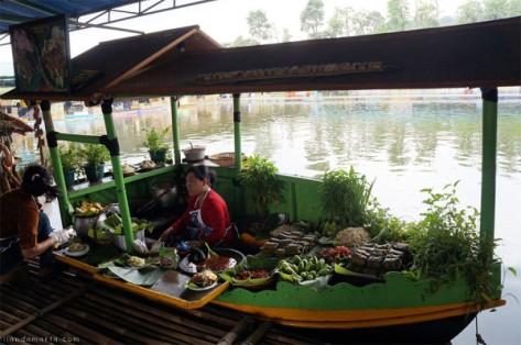 pengalaman-kuliner-dan-bermain-di-floating-market-lembang-bandung-600x398