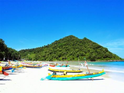 perahu-nelayan-di-tepian-pantai-selong-belanak-600x450