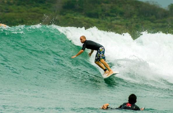 surfing-di-pantai-kuta-lombok-600x392