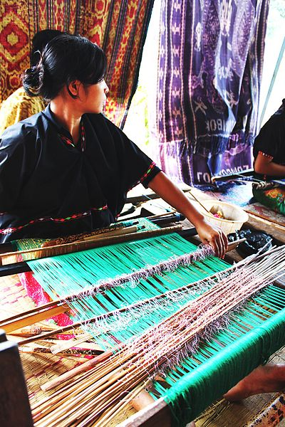 400px-lombok_traditional_hand_weaving