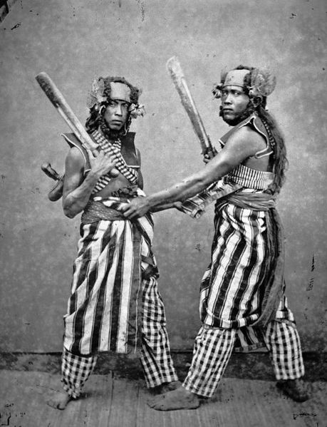 459px-collectie_tropenmuseum_lombokkers_in_feesttenue_voeren_een_traditionele_krijgsdans_uit-_tmnr_60004285