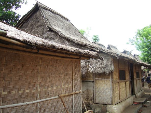 800px-traditional_sasak_village_sade_houses