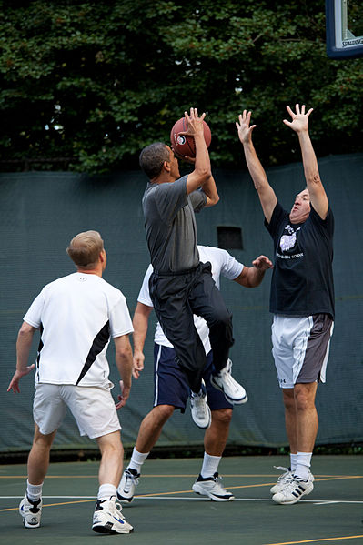 399px-Barack_Obama_playing_basketball_with_members_of_Congress_and_Cabinet_secretaries_2