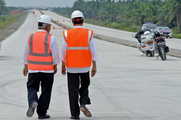 16-03-02_Presiden Jokowi Jalan Kaki Tinjau Pembangunan TOL Medan Kualanamu-1-s
