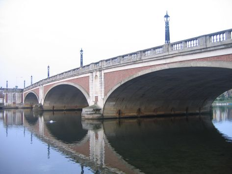1200px-Hampton_Court_Bridge_1