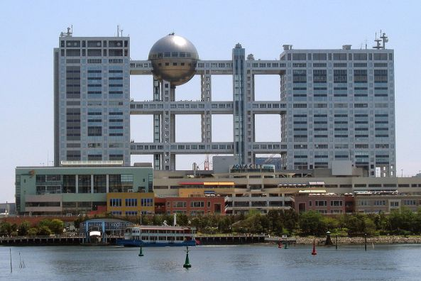 1280px-Fuji_TV_headquarters_and_Aqua_City_Odaiba_-_2006-05-03_edit