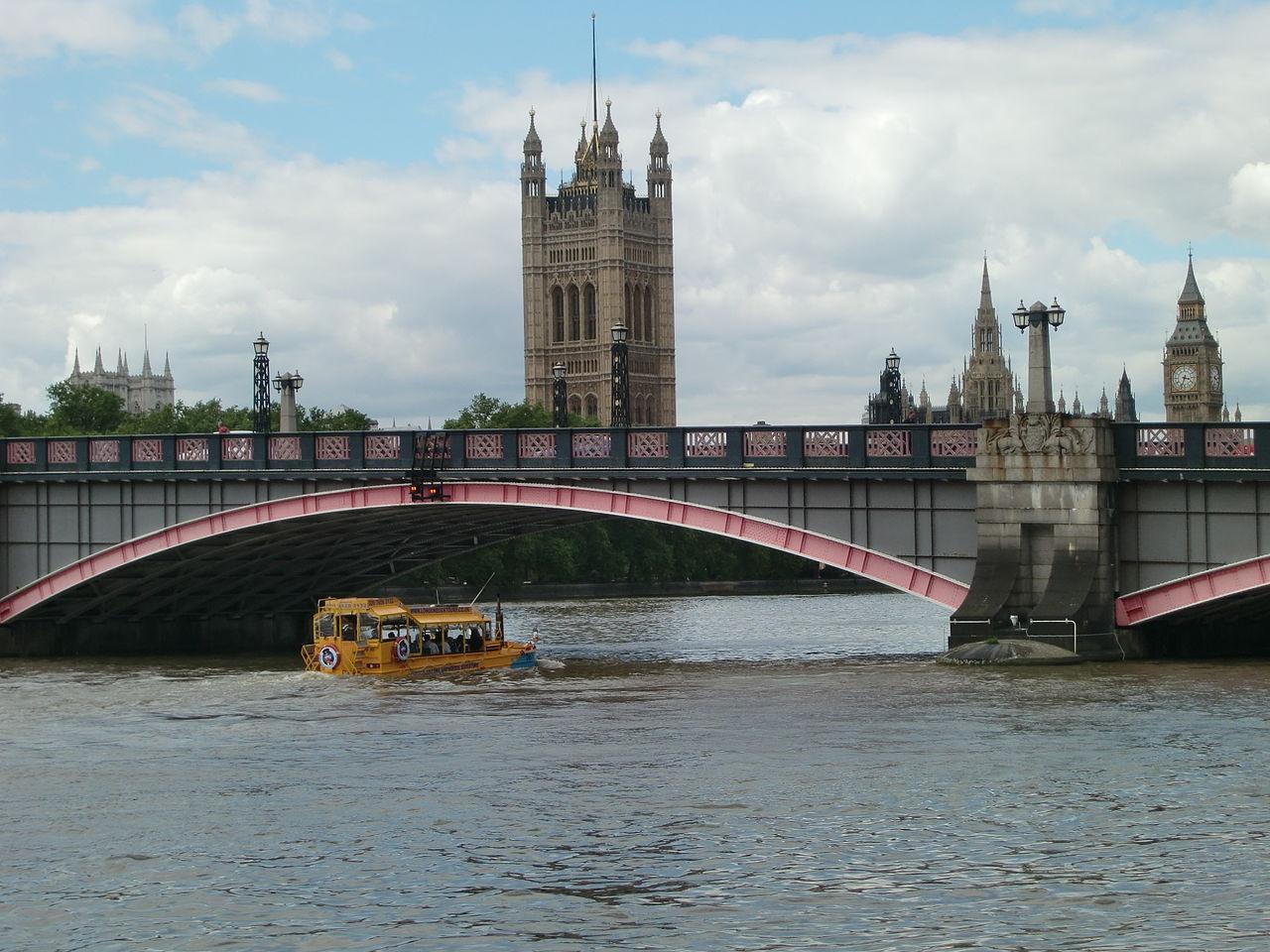 1280px-London_Duck_under_Lambeth_Bridge