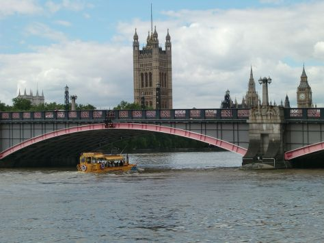 1280px-London_Duck_under_Lambeth_Bridge