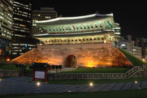1280px-Namdaemun_Buildings