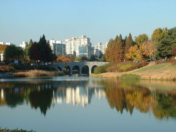 1280px-Seoul-Olympic.Park-01