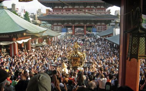 1280px-View_of_mikoshi_from_sensoji_Sanja_Matsuri_2006-3