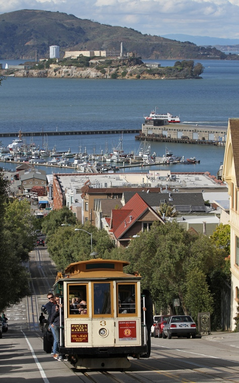 3_Cable_Car_on_Hyde_St_with_Alcatraz,_SF,_CA,_jjron_25.03.2012