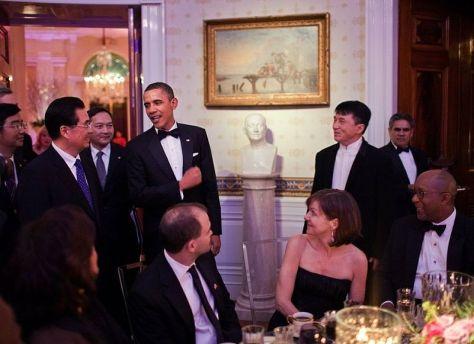 800px-Jackie_meets_hu_jintao_and_Obama