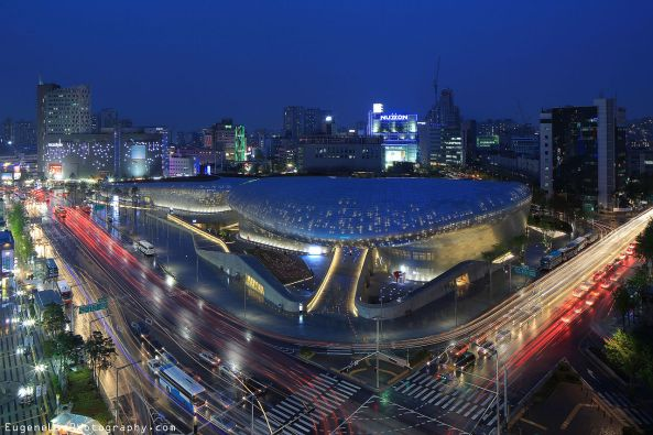 Dongdaemun_Design_Plaza_at_night,_Seoul,_Korea